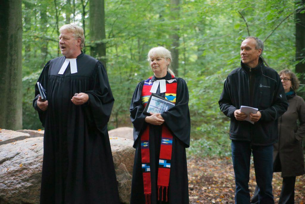 Pastor Torsten Worm ( KG Nordhastedt ) , Pastorin Astrid Buchin ( KG Heide ) und Friedhofsbevollmächtigter des Kirchenkreises Kruse